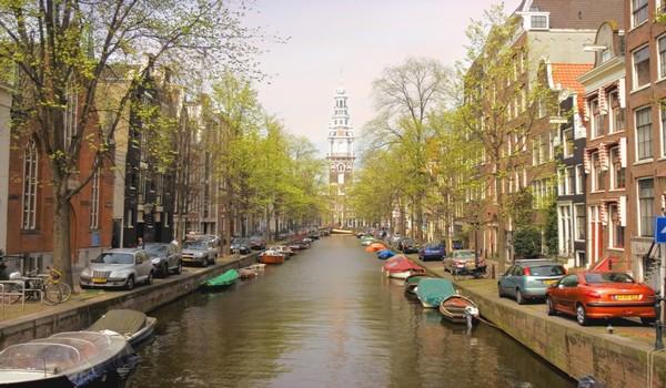 Torre de la Zuiderkerk desde el canal Groenburgwal