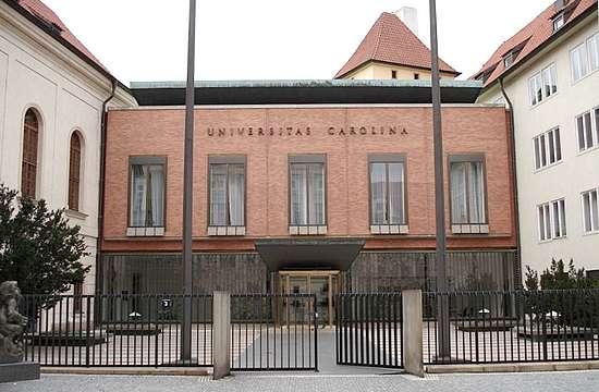 Entrada de la Universidad Carlos