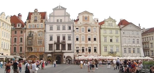 Fachadas en la plaza de la ciudad vieja praga for Fachadas de casas modernas en la ciudad